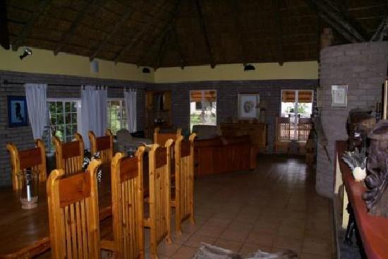 Gabus Game Ranch: Salone interno e bar