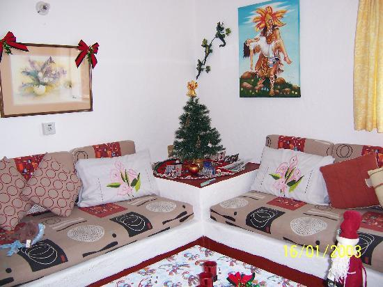 Suites Santa Barbara: Apartment decorated for Christmas