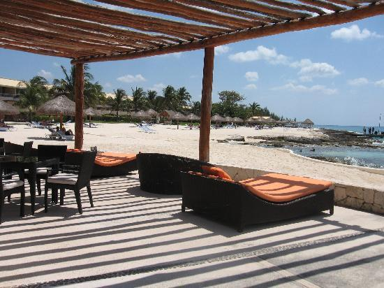 Presidente Inter-Continental Cozumel Resort & Spa : View of the South bldg and beach from the Caribeno restaurant