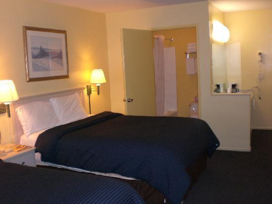 Pacific View Inn & Suites: Single room