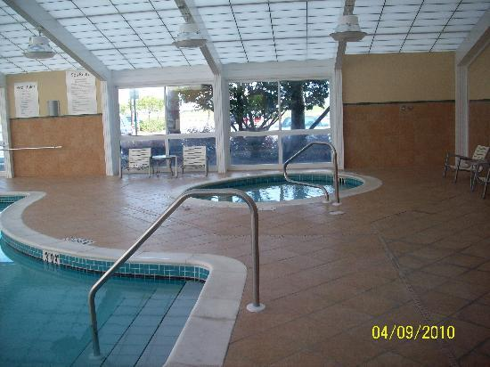 pool and jacuzzi picture of holiday inn gulfport airport. Black Bedroom Furniture Sets. Home Design Ideas