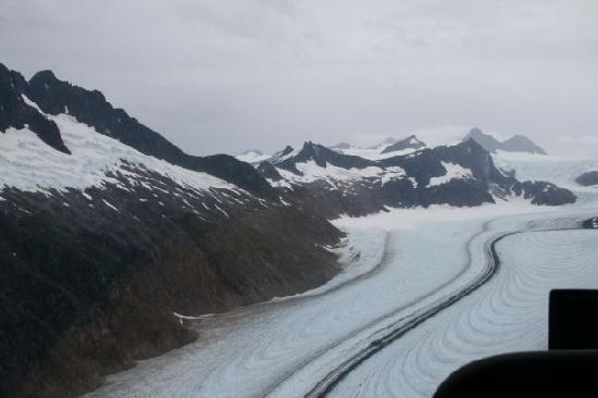 Mendenhall Glacier Visitor Center: Flying above the glacier