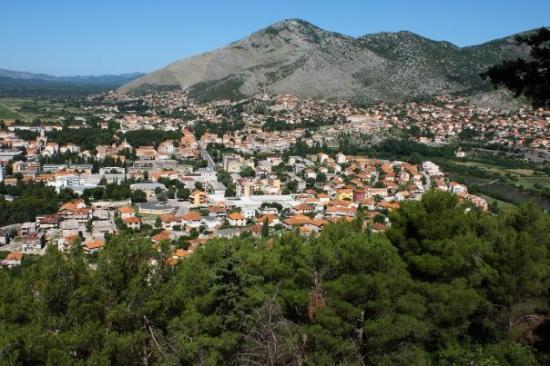 Trebinje, Bosnia and Herzegovina: Panorama Trebinja sa brda na kome je Hercegovačka Gračanica