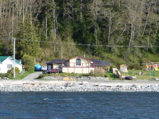 Alert Bay Lodge: Boating past the lodge in April