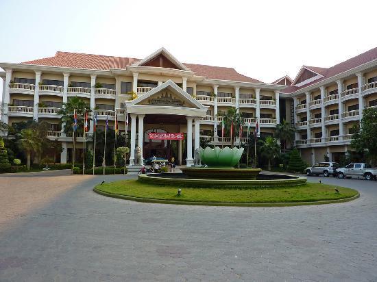 Borei Angkor Resort & Spa : Front of hotel