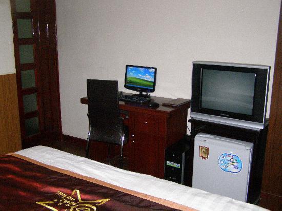 Hanoi Ciao Hotel: Computer, TV and fridge