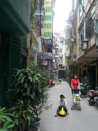 Hanoi Ciao Hotel: Looking right out of the entrance
