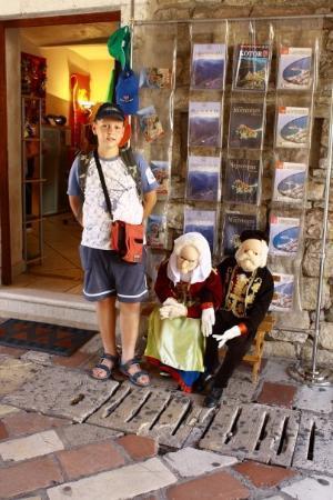 Gurdich Gate: Nikola sa lutkama u tradicionalnoj bokeljskoj nošnji u glavnoj gradskoj kapiji