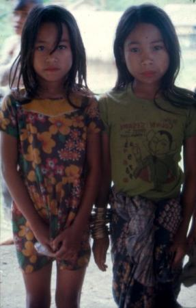Davao City, Filipinas: two T'boli girls.  notice all the brass bracelets on the girl on the right.  That shows that she
