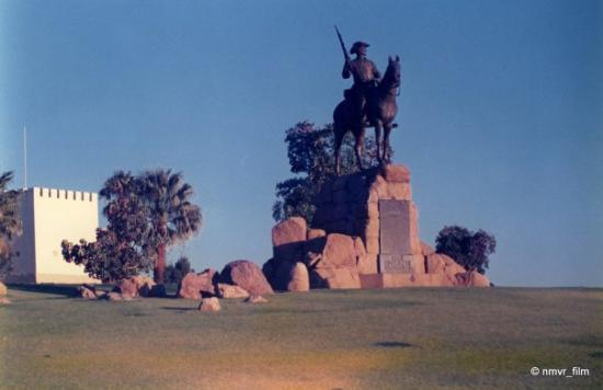 Windhoek, Namibië: Ruiter (Horse Rider), statue, moved a few meters away to in front of Alte Feste Museum