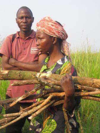 Kinshasa, República Democrática do Congo: Sur les pistes congolaises,on croise toujours ces femmes affairées qui courent après un peu plus