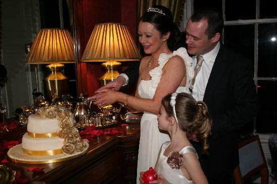Horetown House: Cutting of the cake in the beautiful surroundings
