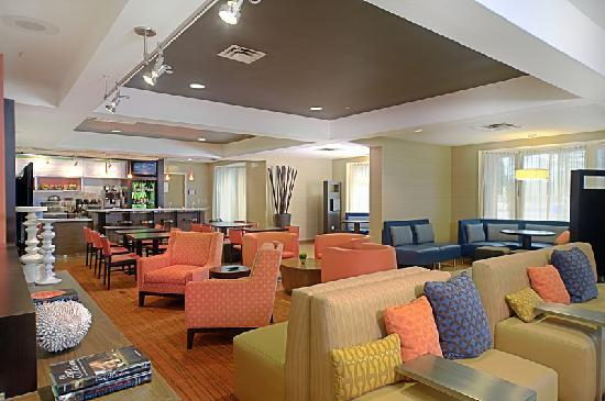 Courtyard Chesapeake Greenbrier: Newly renovated state of the art lobby!