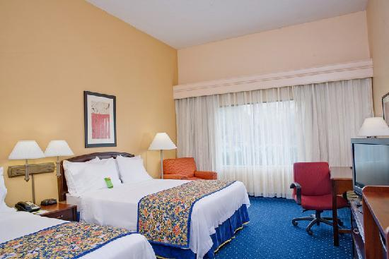 Courtyard Chesapeake Greenbrier: Our guest rooms with two queen beds can accommodate up to 5 people.