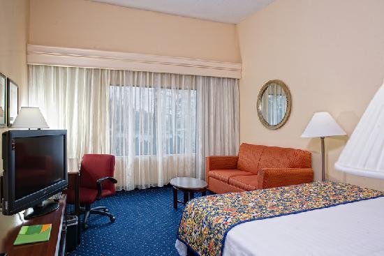 Courtyard Chesapeake Greenbrier : All of our guest rooms now feature new flat-panel TVs.
