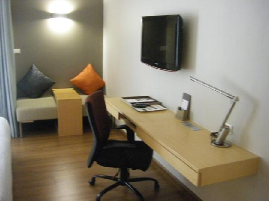 Hotel Solo Sukhumvit 2 : The work area with seating area against the back wall