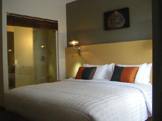 Hotel Solo Sukhumvit 2 : The sleeping area - rain shower is through the glass panel