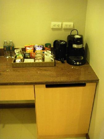 Hotel Solo Sukhumvit 2 : Minibar, expresso machine and fridge - nuff said!