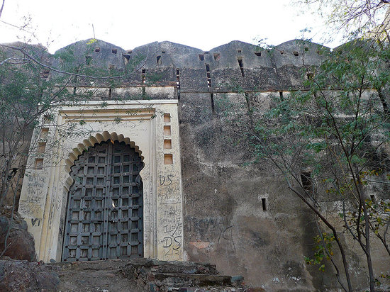 Machla Magra (Fish Hill) : Gates of old fort on Fish Hill