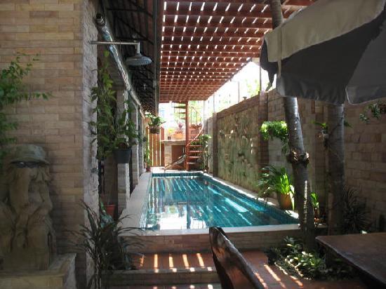 Chang Charlie Inn: Pool