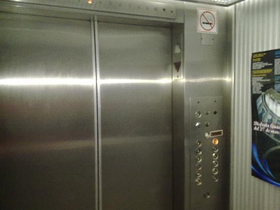 Plaza Los Reyes: adentro de los elevadores viejos
