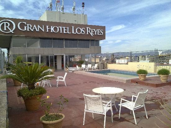Plaza Los Reyes: la pisina del hotel chiquita y abandonada buena vista de la ciudad