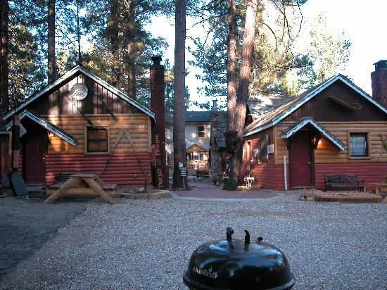 stay , one minute walk from bigbearcabins4less, Holiday haven