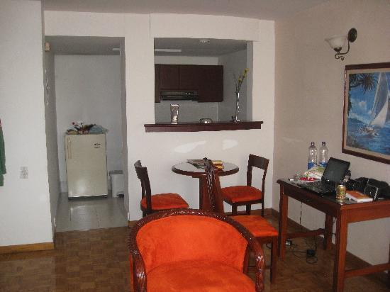 Aparta Suite Torre Poblado: living room