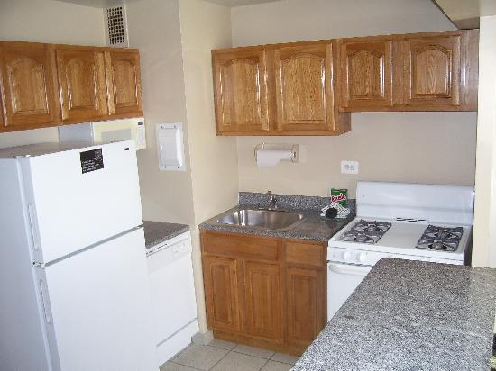 Washington Suites Alexandria : Kitchen from hall
