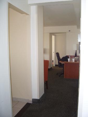 Washington Suites Alexandria: Entry hall
