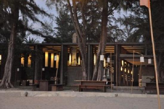 Costa Lanta: Hotel from beach by night