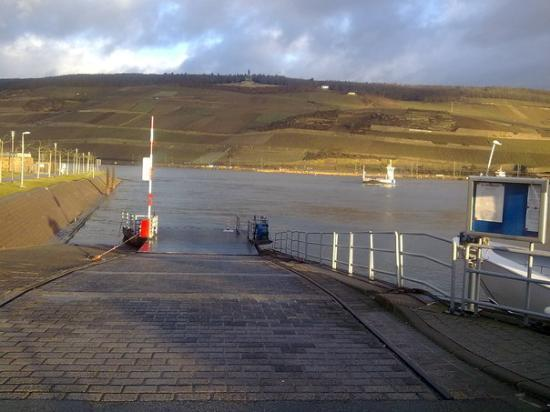 "Bingen am Rhein, Tyskland: today at eight in the morning - river is ""full"" - still rising. Rain keeps the snow melting - we"