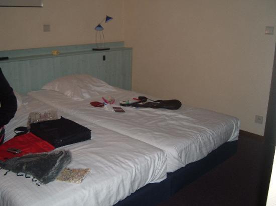 Hotel Karel de Stoute: Cheap laminate makeshift headboard