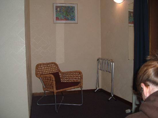 Hotel Karel de Stoute: Only furniture in the room apart from small pine table