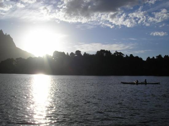 Junin de los Andes, Argentina: Navegando al atardecer por el  huechulafquen