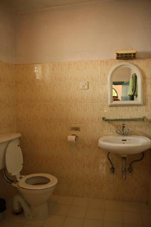 Sacred Valley Inn Pokhara: spotless toilets, but out of hot water at night