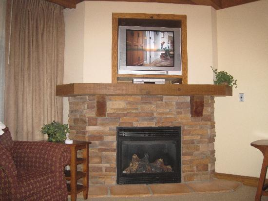 Holiday Inn Club Vacations Smoky Mountain Resort: fireplace in the living area