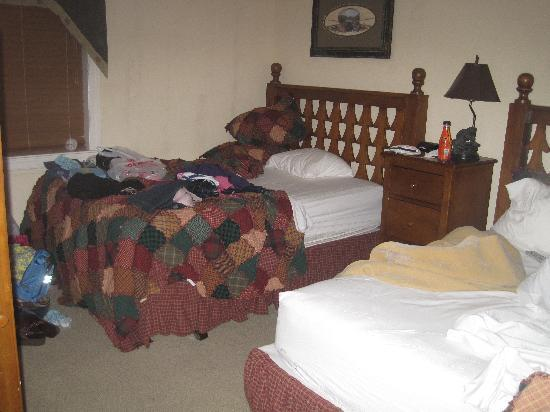 Holiday Inn Club Vacations Smoky Mountain Resort: second bedroom-a little destroyed by the girls
