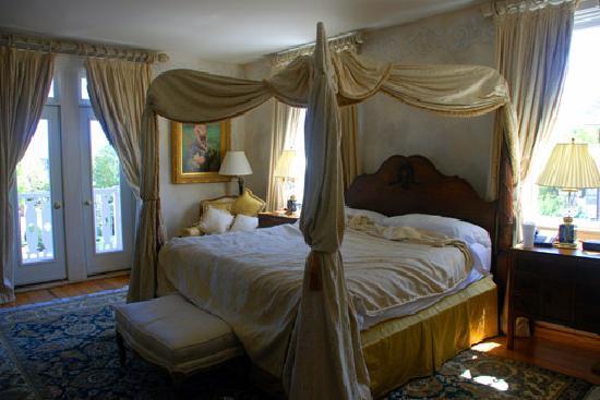 Church Point Manor : Honeymoon bedroom (I wish we had taken a photo of it before we slept in it)