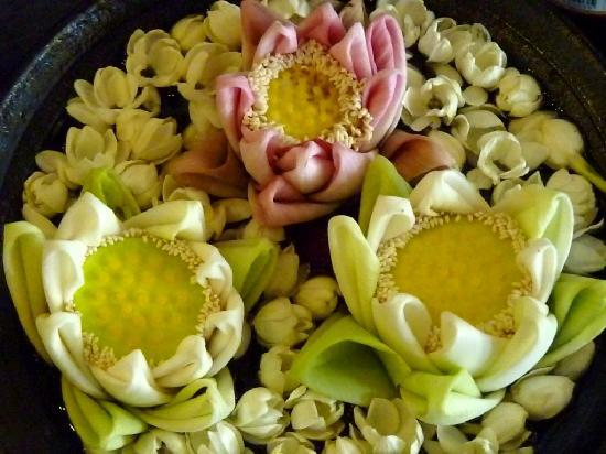 โรงแรมเดอะ คูล: Everyday flowers on the table!