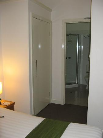 Hotel Sophia: View from bed to bathroom