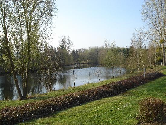 Hotel Ibis Essomes-sur-Marne: The Hotel garden
