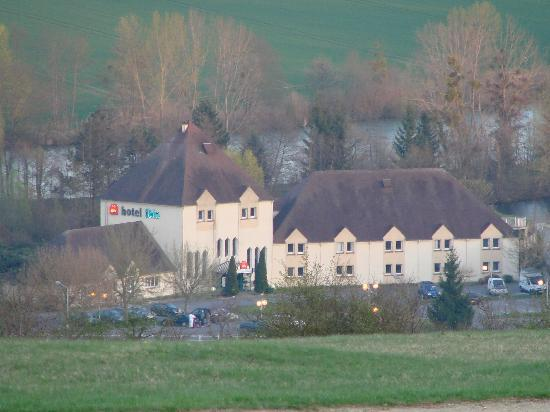 Hotel Ibis Essomes-sur-Marne: Hotel location from the top of the hill