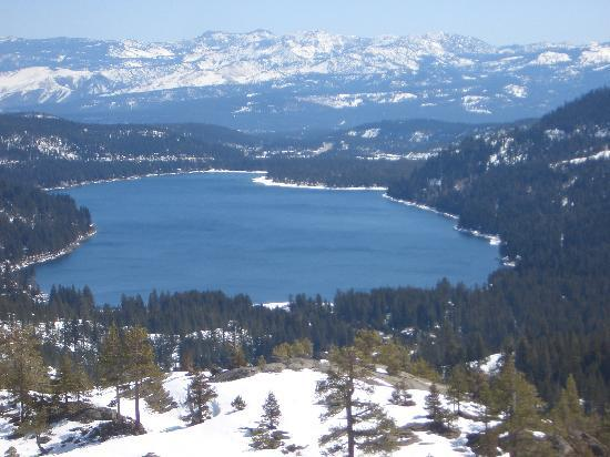 The Cedar House Sport Hotel: Beautiful Donner Lake near the hotel on the way to Sugar Bowl