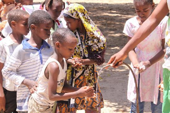 Lamu, Kenia: kids from Anidan orphanage washing for lunch