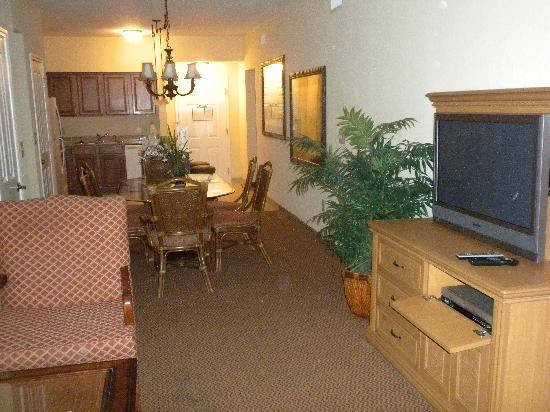 Floridays Resort: Living Room, Dining Room and Kitchen