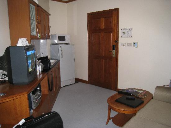 Grand Diamond Suites Hotel: living & kitchen area