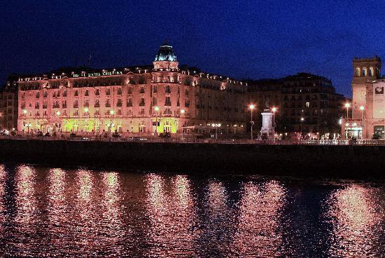 Hotel Maria Cristina, a Luxury Collection Hotel, San Sebastian: Maria Cristina across the river