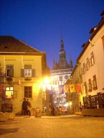 Sighisoara, Romania: Por la noche la ciudad queda en la penumbra. Está muy conseguido el ambiente tétrico