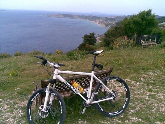 Agios Georgios, Grækenland: Auf den Klippen...Biken auf Korfu im April 2010
